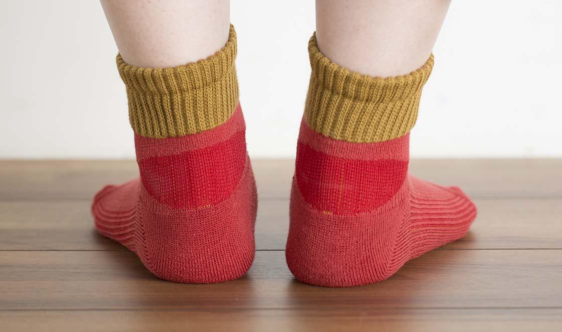 同様に、サイド、足の甲部分にもサポート加工が施されている。触ると硬く、しっかり足を固定する