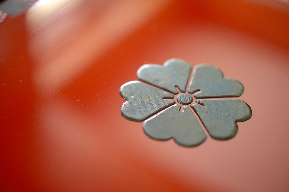 立体的に表現する堆錦。漆に顔料を混ぜた堆錦餅(ついきんもち)を薄く延ばし、文様の形に切り抜いて貼り付ける技法