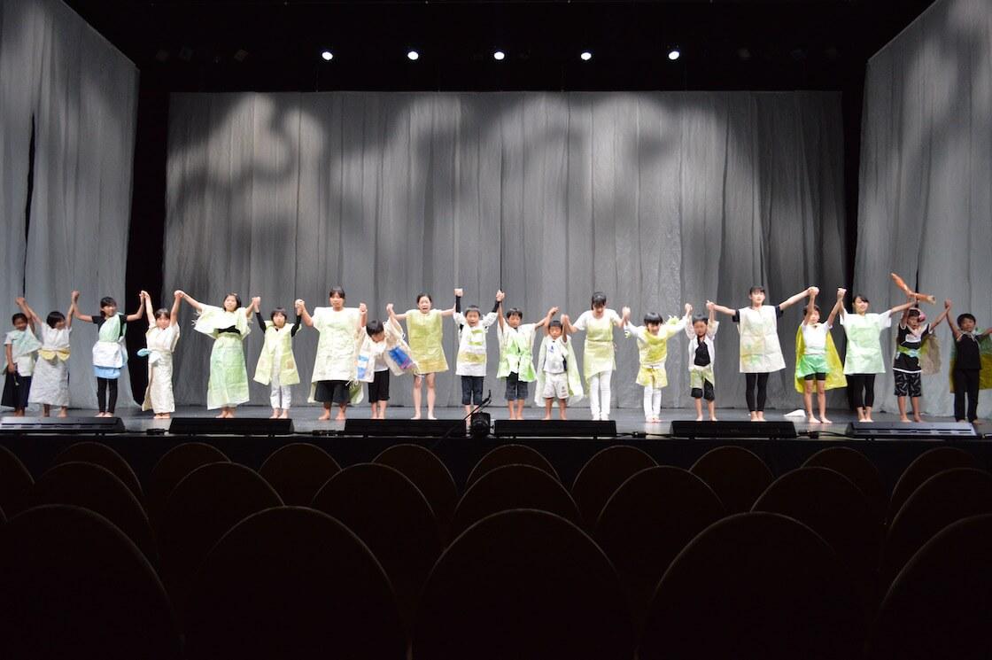 ステージで発表する子どもたち