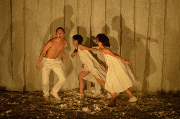和紙のパフォーマンスをするダンサーたち