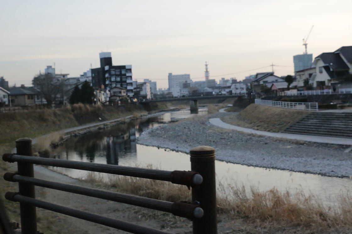 工場のそばを流れる田川。宇都宮は綿の産地だった同じ栃木県内の真岡の近くだったことから、川沿いに染物産業が発展。一帯の染物は「宮染め」と呼ばれ栄えました