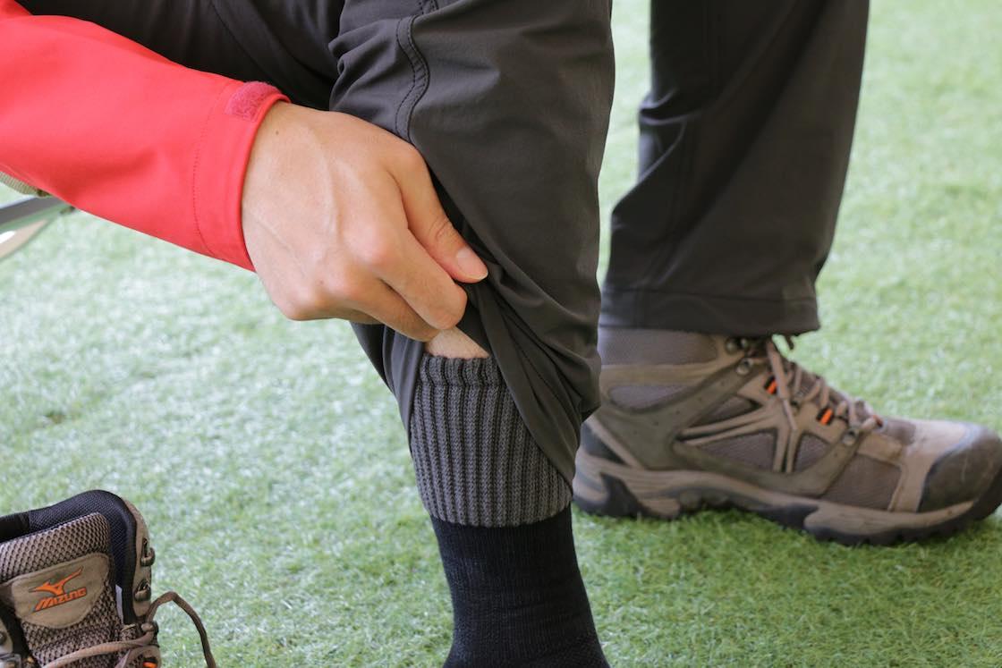 ハイカットの登山靴にも対応できるよう、履き口の丈を長めに