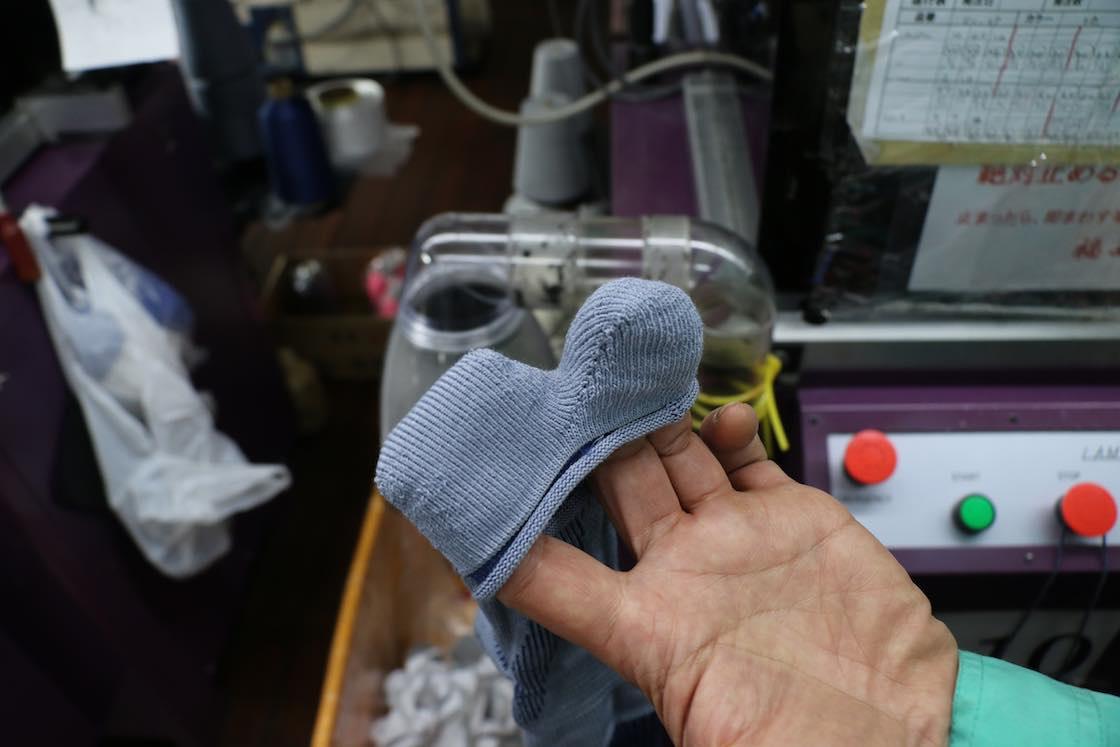 お邪魔した日も、足袋型ソックスを製造中でした