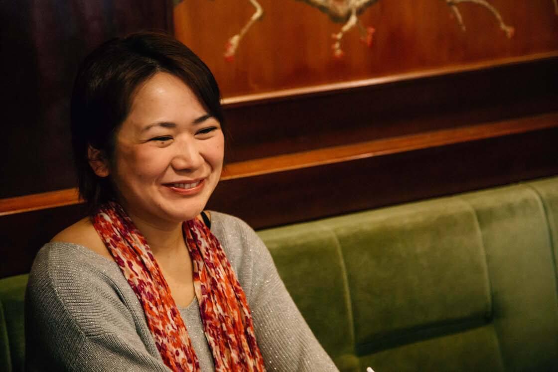 照れくさそうに笑う浜田あゆみさん