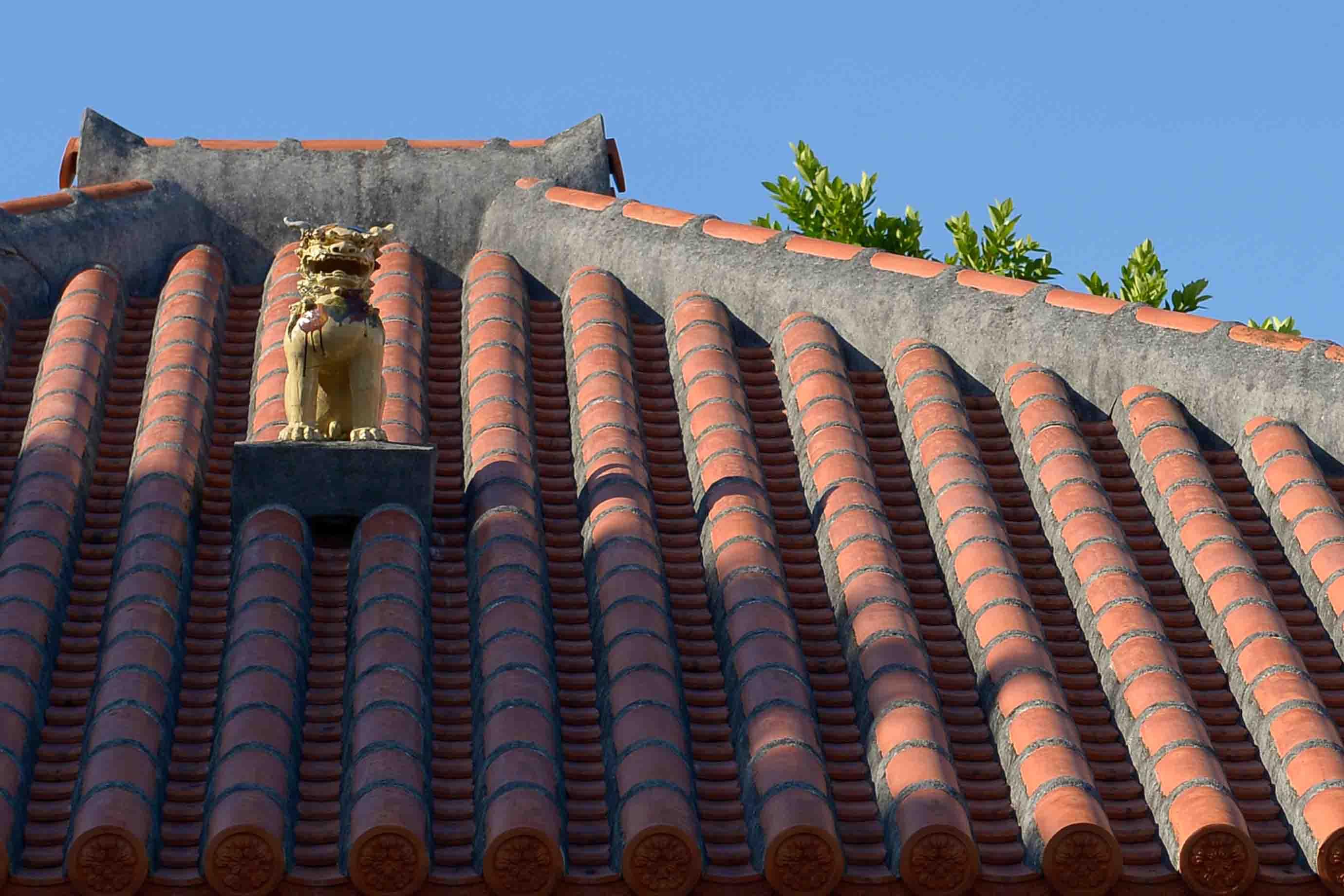 シーサーが乗った赤瓦屋根もよく見かけます