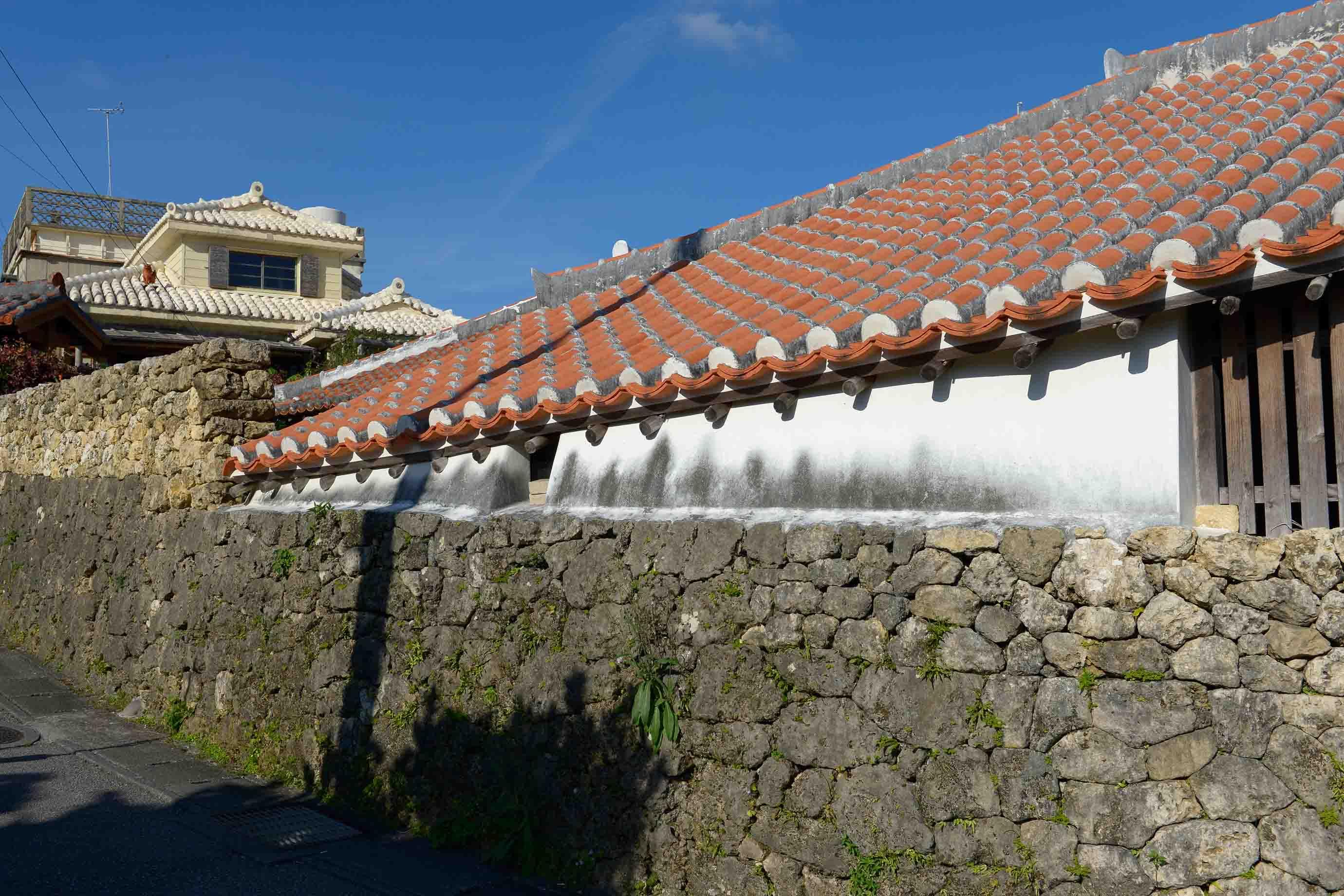 街の中の赤瓦屋根