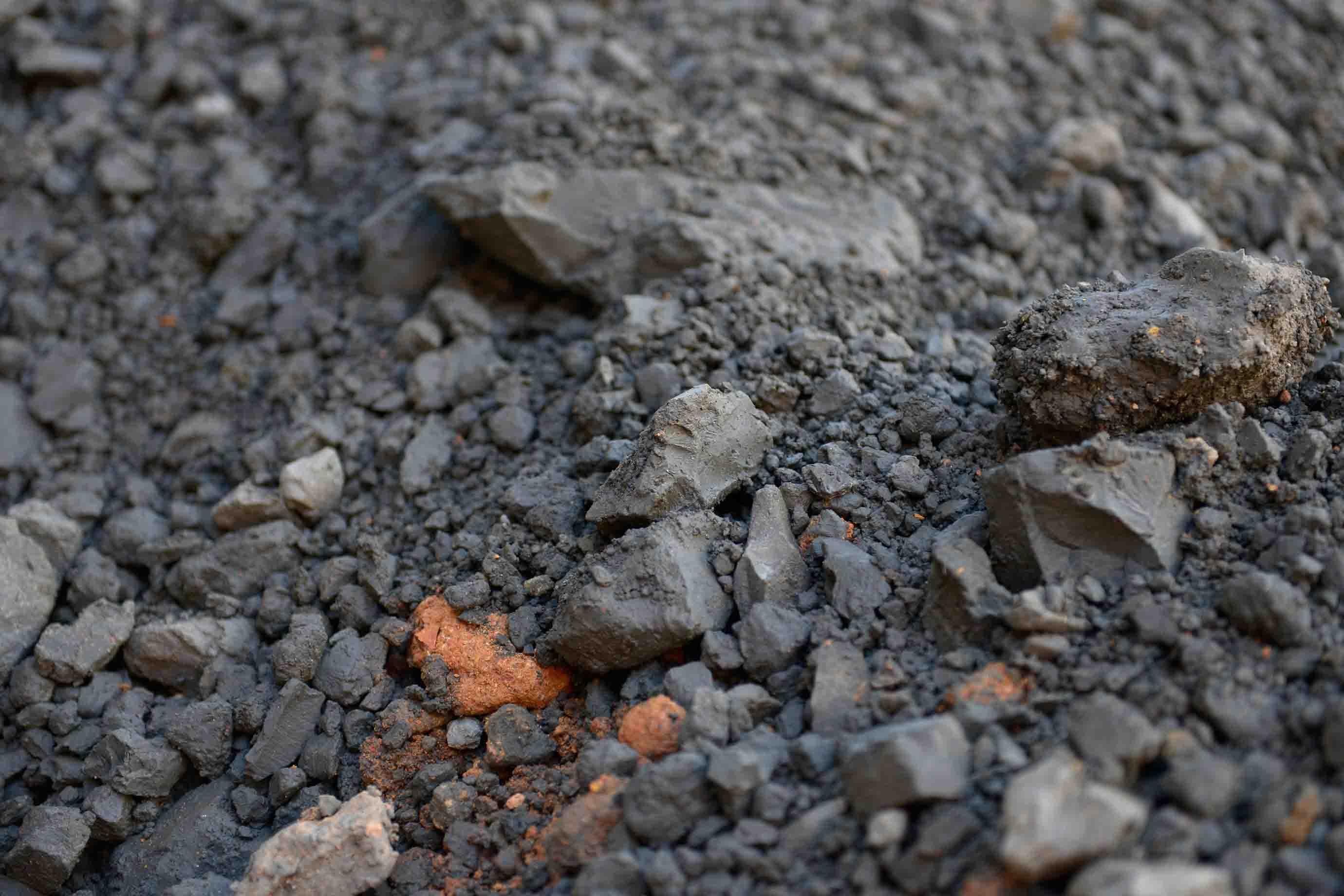 この黒い土が「クチャ」です (現在は強度を増すために赤土を20%ほど混ぜて使います) 。あれ、クチャは赤く、ない?