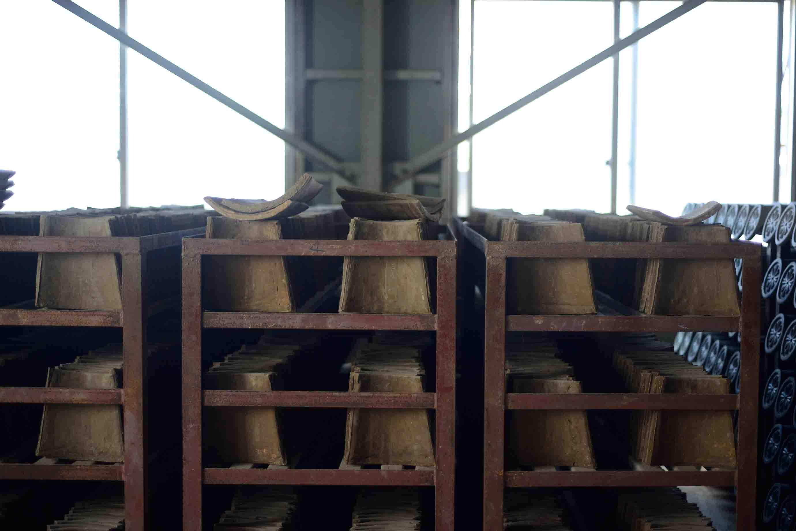 昔ながらの方法で作られた復元用の赤瓦