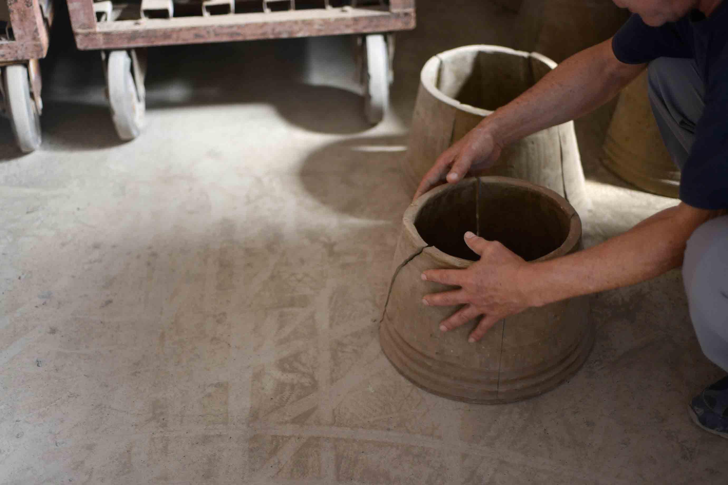 筒状に作って、乾かしてから4つに割ることで瓦が出来上がります