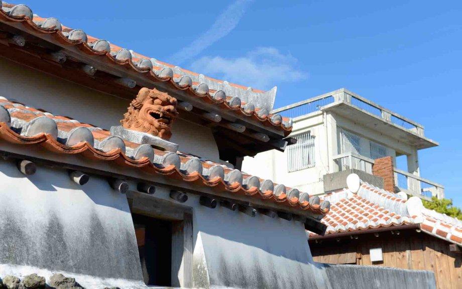 屋根にシーサーが乗り始めたのは赤瓦が庶民に解禁された時期といわれています。漆喰と瓦の破片でできたものが乗せられていました。瓦屋根を葺いた職人たちが、割れたりかけたりした赤瓦を利用して遊び心で作ったのがきっかけなのだそう