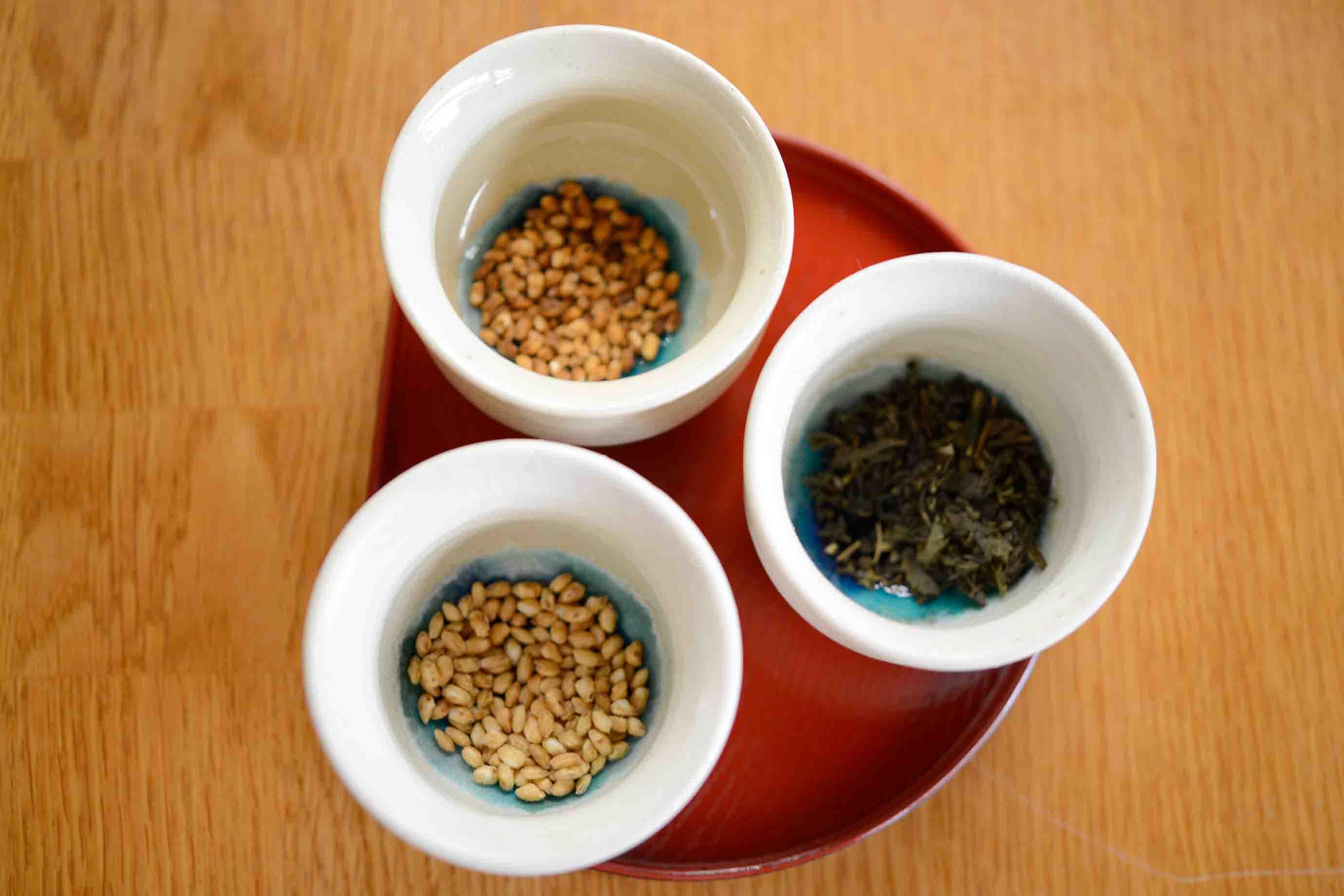 左上から、煎った玄米、さんぴん茶 (ジャスミン) 、煎った白米