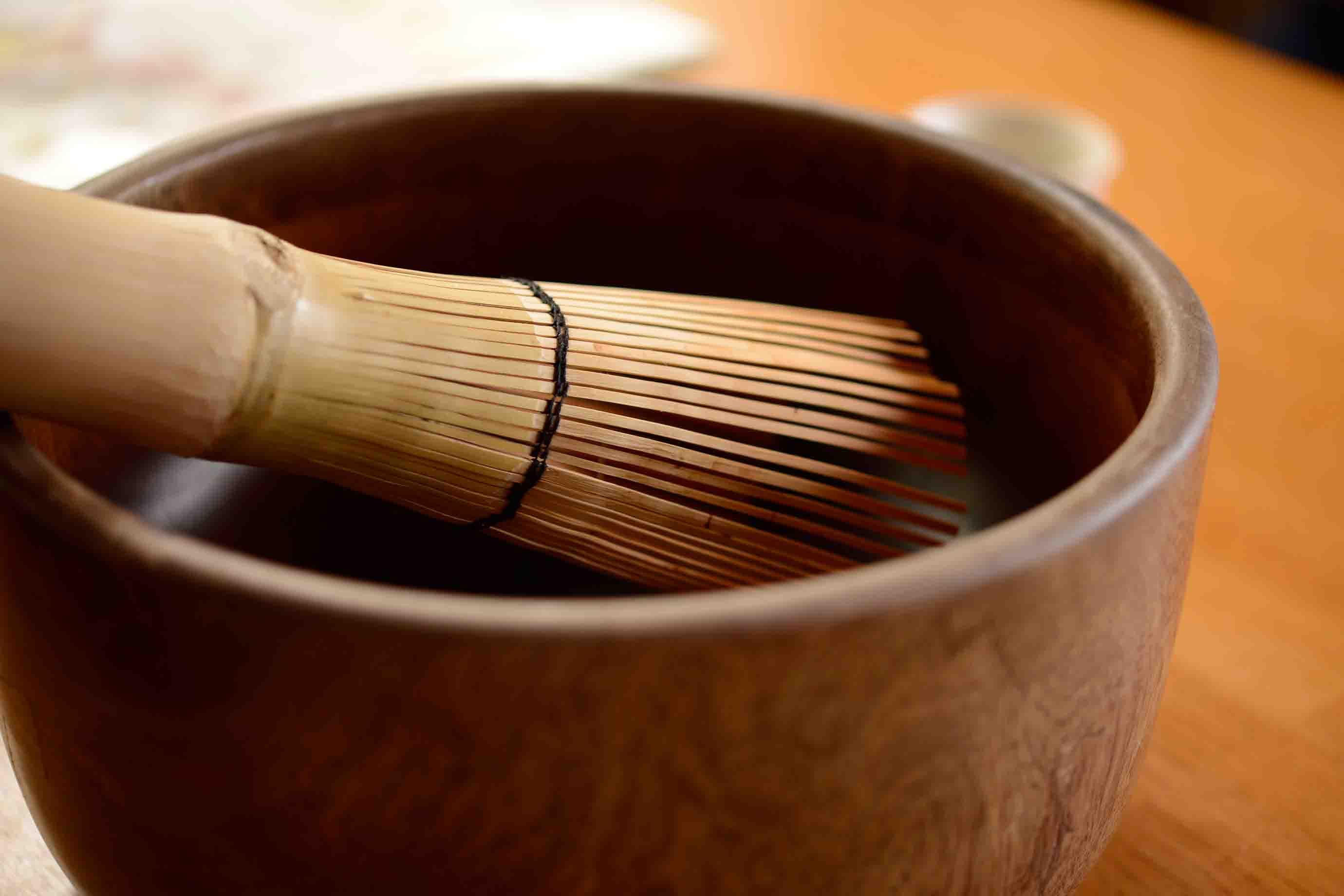 直径30センチメートルほどの木鉢と茶筅。予想外の大きさです!