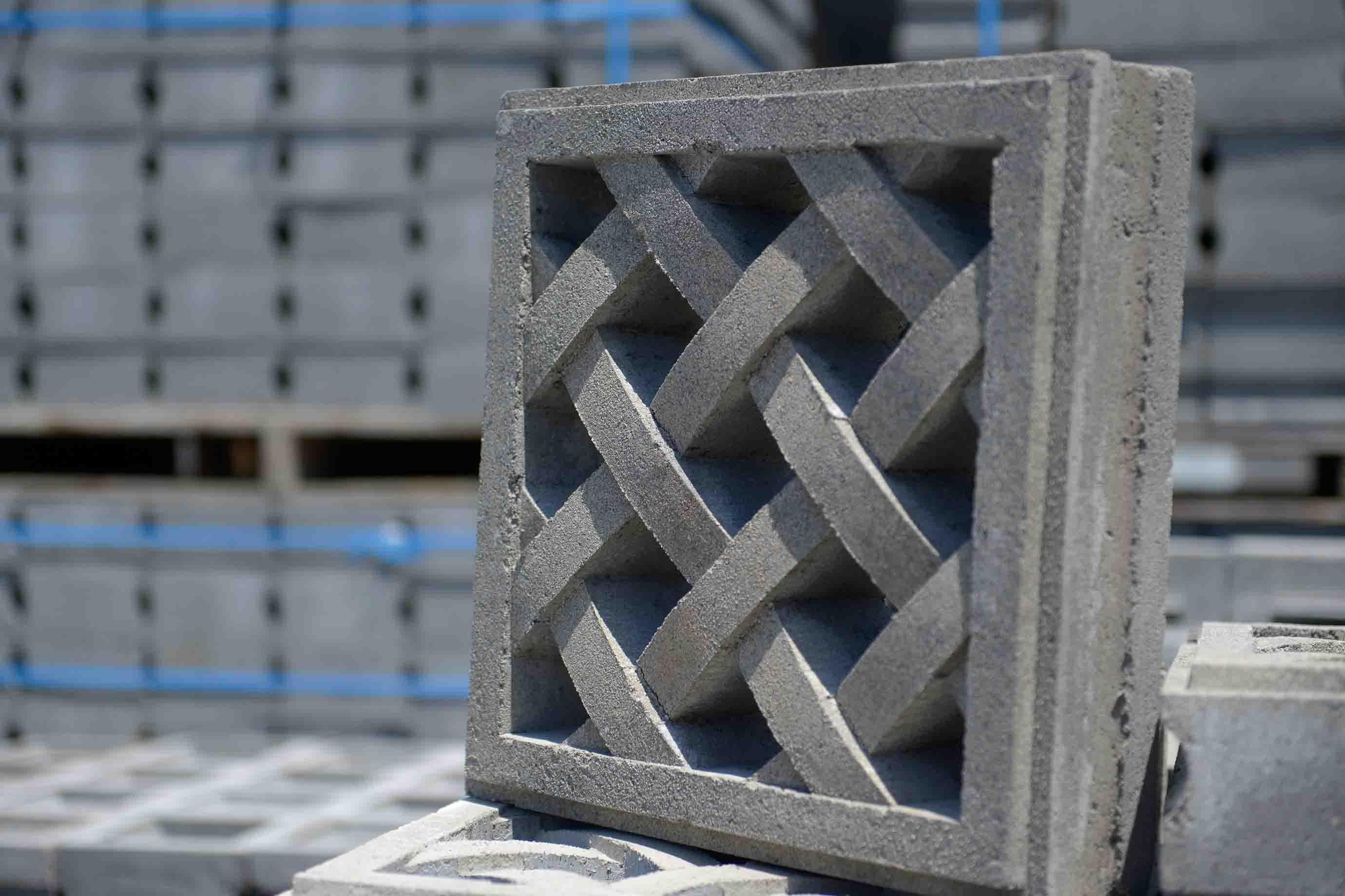 編み物のように立体感のあるラインが折り重なるデザインは、製造が特に難しいのだそう