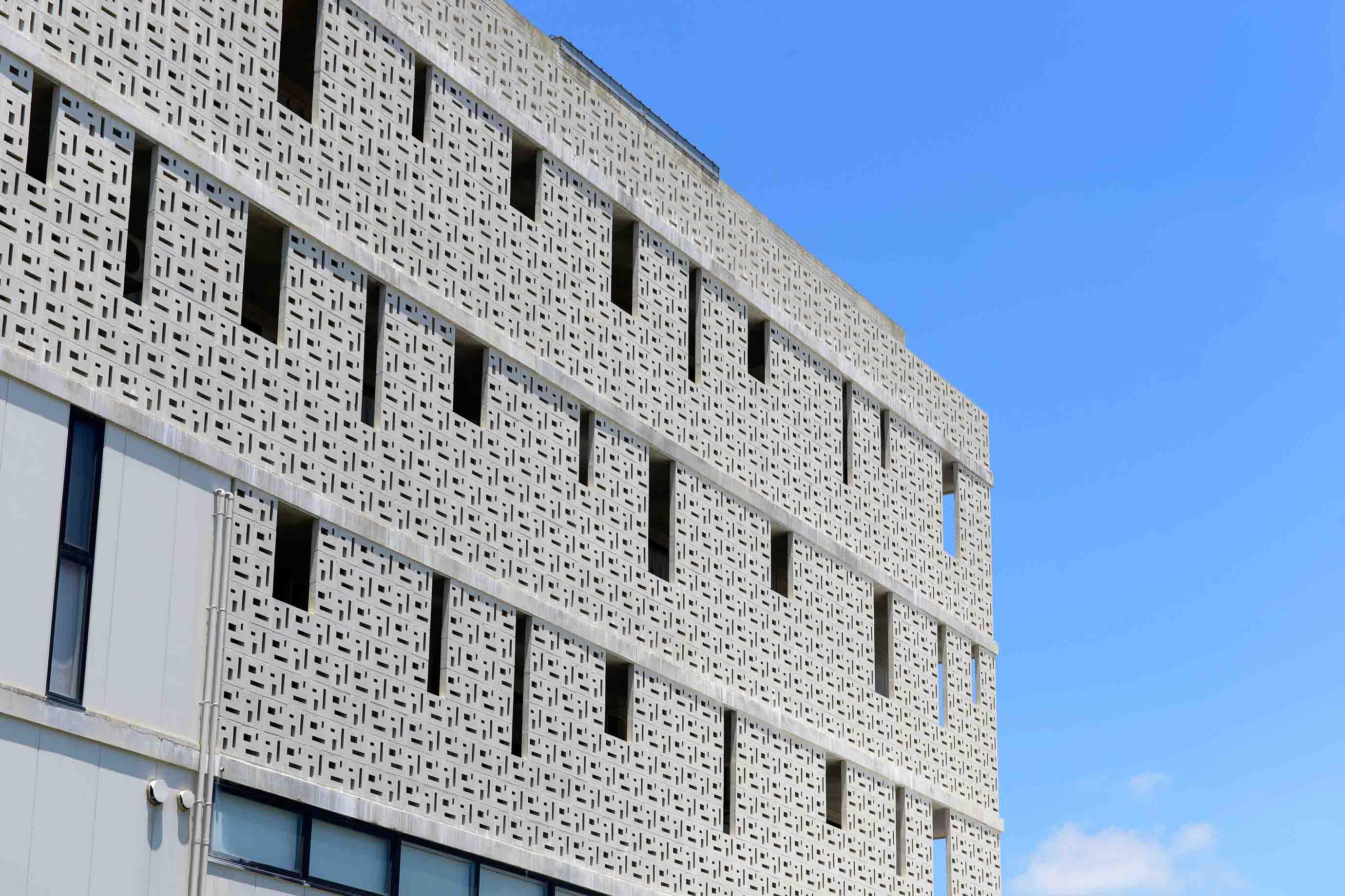同じ建物を外側から見たところ。レースのようなデザインが涼しげでありつつ、プライバシーを担保する機能も担っていることがわかります