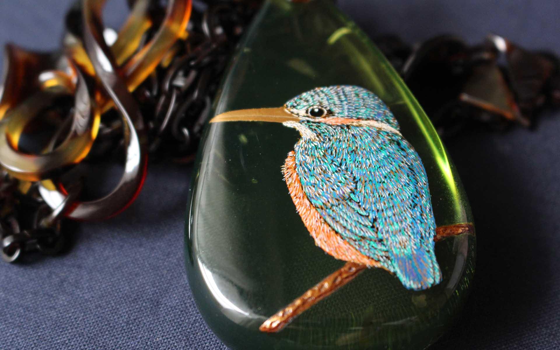 うるしアートはりや・針谷絹代作:翡翠(かわせみ)蒔絵琥珀ペンダント