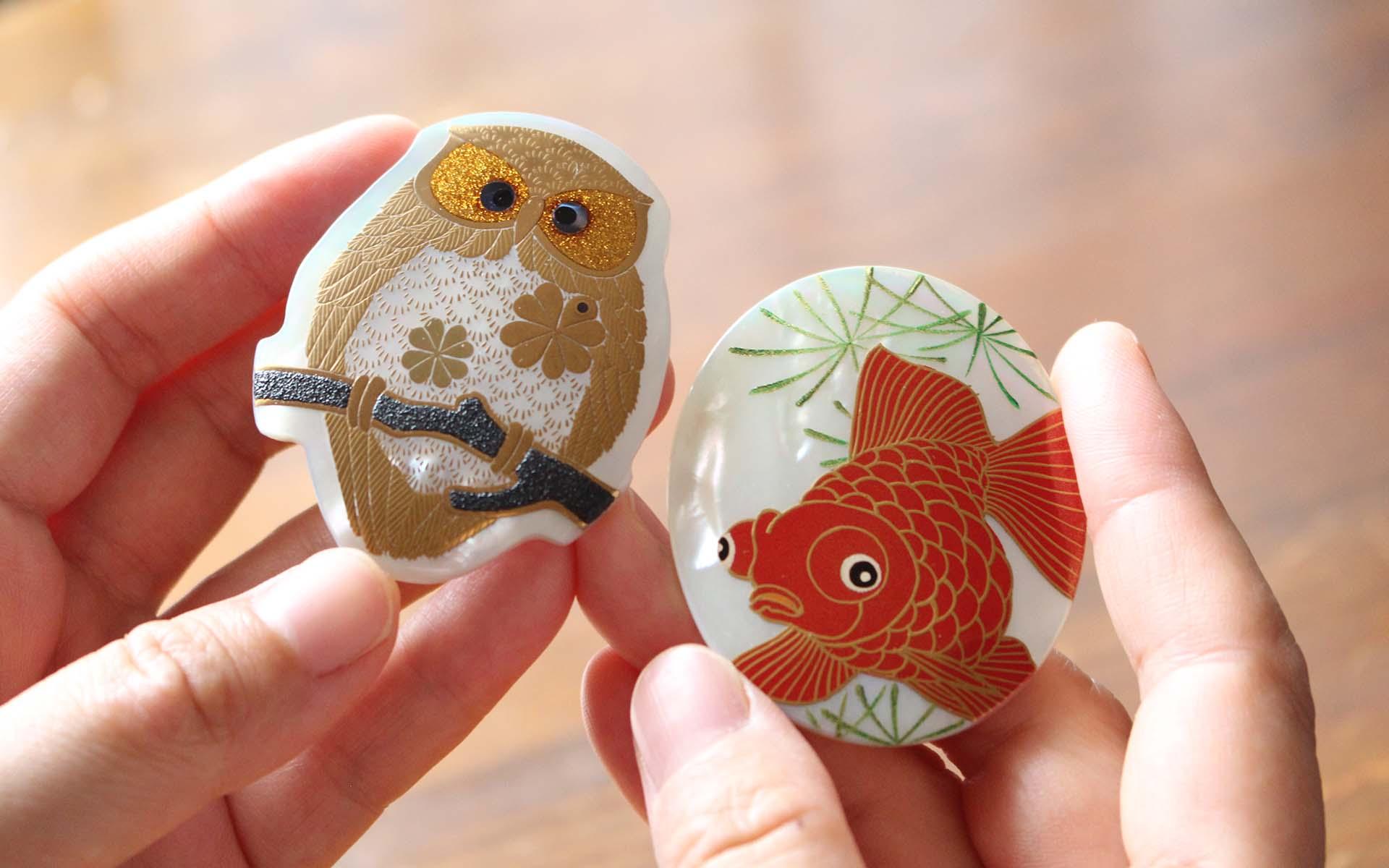 うるしアートはりや・針谷絹代作:ふくろう蒔絵白蝶貝ブローチ、金魚蒔絵白蝶貝ブローチ