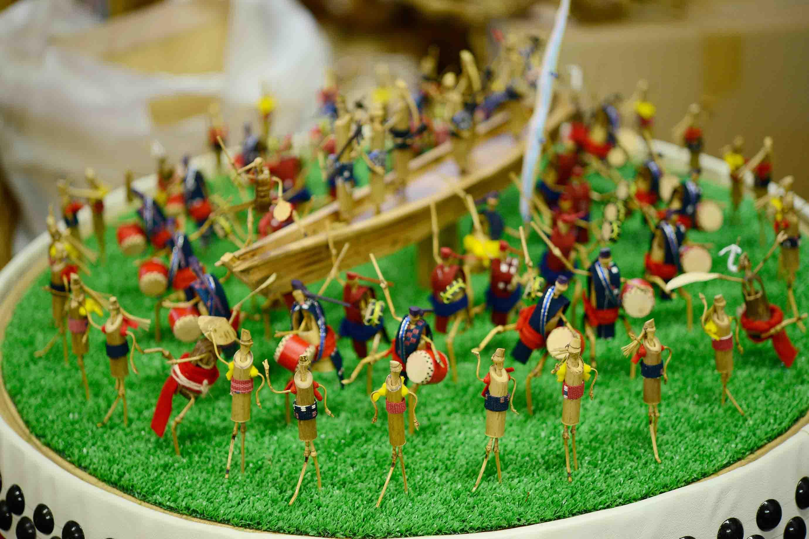 沖縄のお祭りの様子を竹細工で作ったもの。知花花織を着た竹の人形が楽しませてくれます