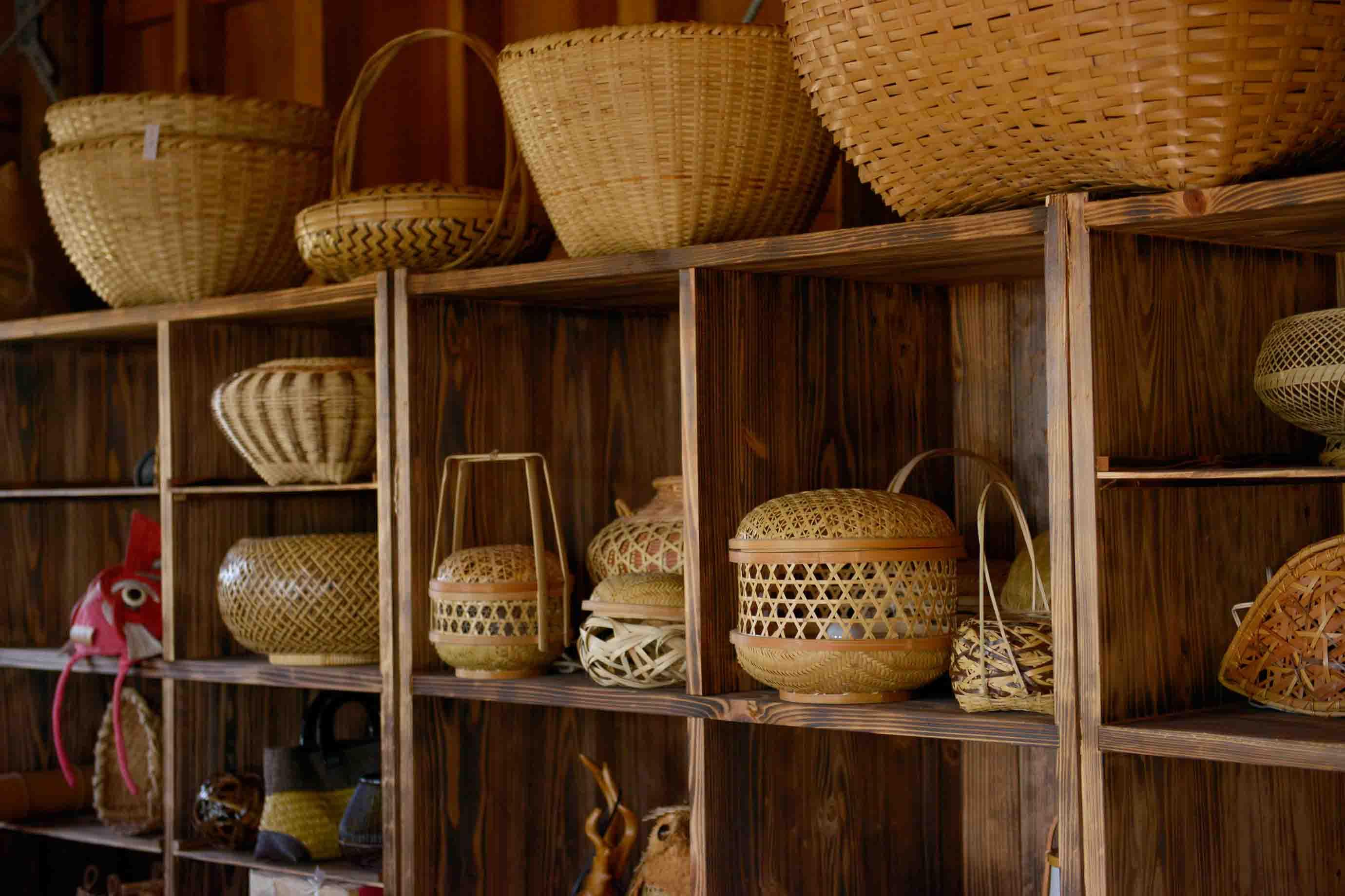 工房には、沖縄の日常道具として使われてきた大小様々なかごが並びます