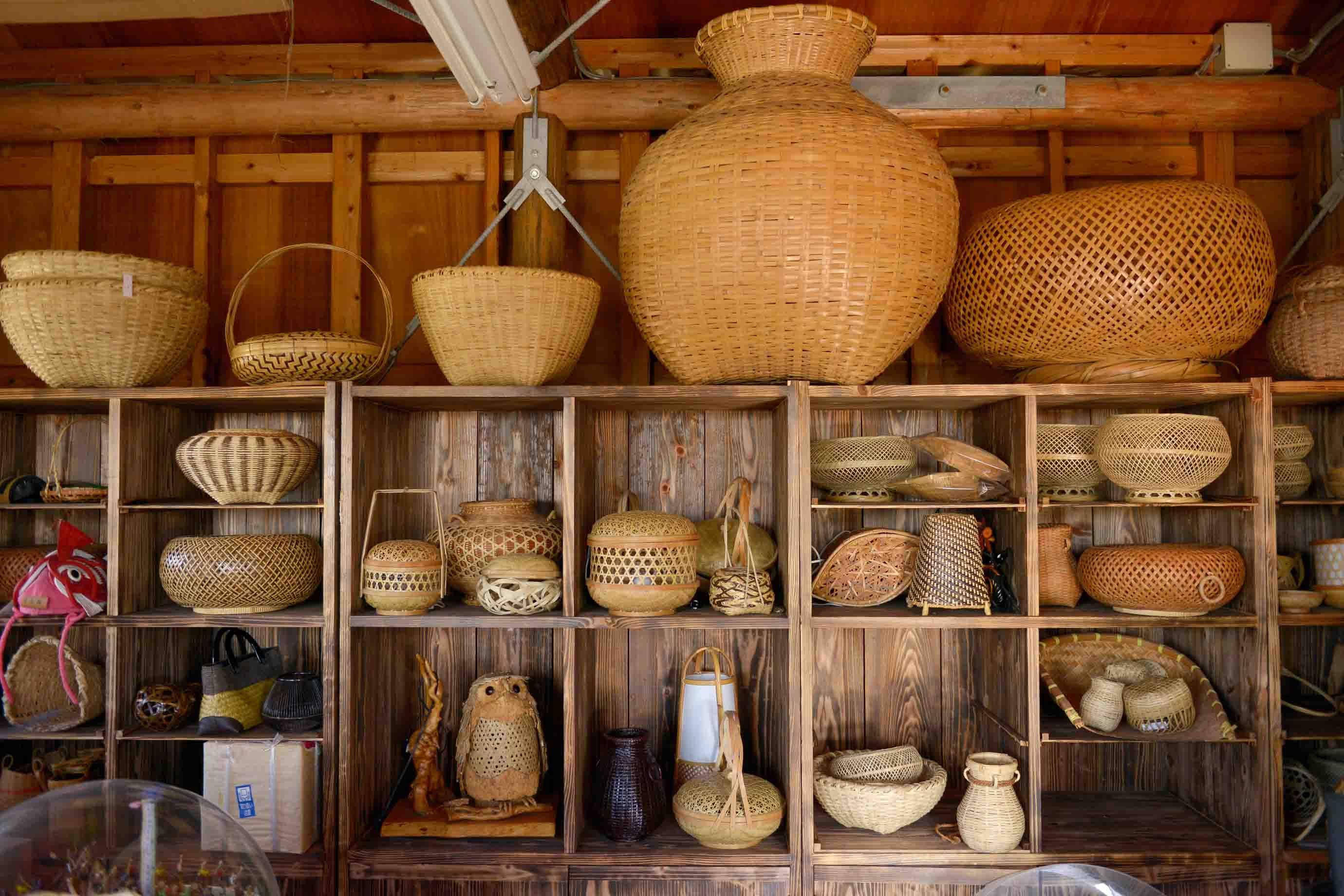 沖縄の日常道具として使われて来た様々なかごが並びます