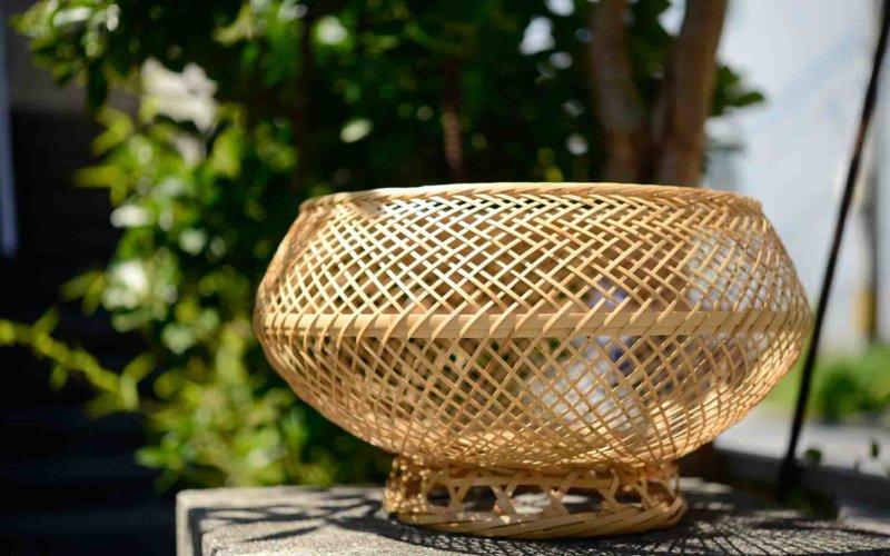 こちらの美しいかごは布バーラ (ウーバーラ) 。芭蕉布を織るために、割いた繊維を入れ、糸を紡ぐ際に使われます