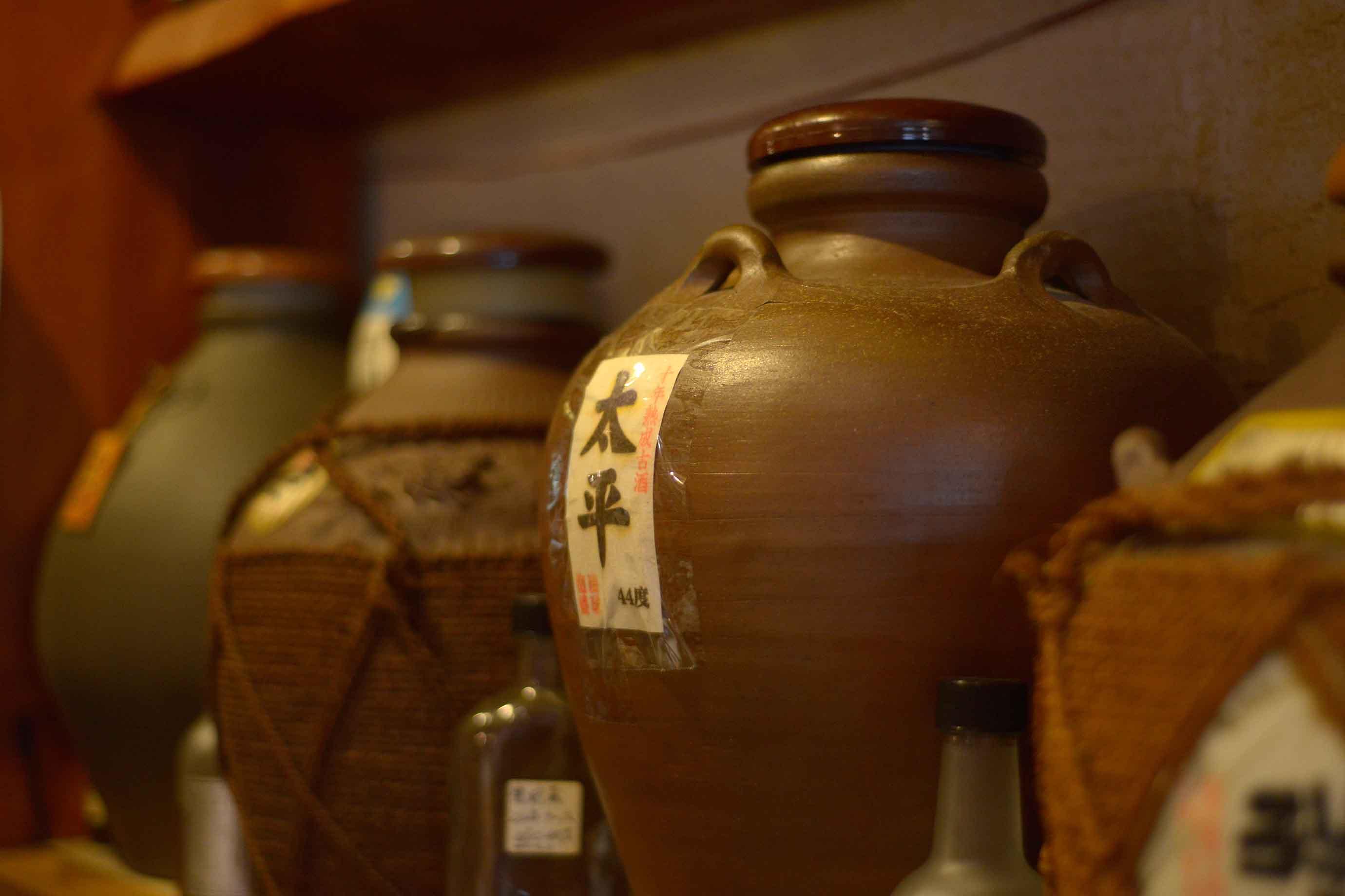 同店では、県内全48酒造所の主要銘柄をそろえており、その数100種類以上。飲みやすい新酒から希少性の高い古酒、マニアックな銘柄まで網羅しており、毎晩お酒好きで賑わいます