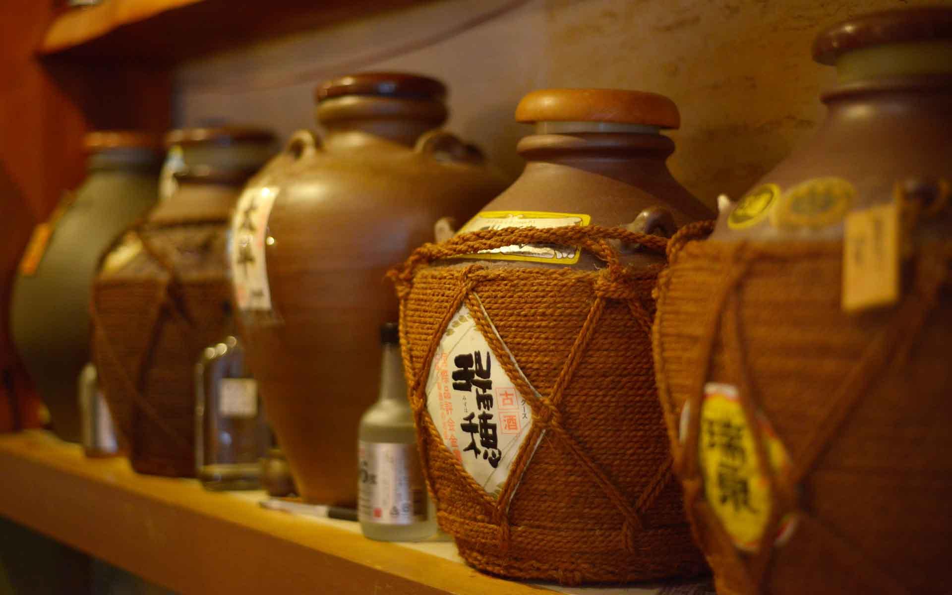 沖縄みやげは「やちむん」と泡盛を。選び方や古酒の楽しみ方をマイスターに聞く