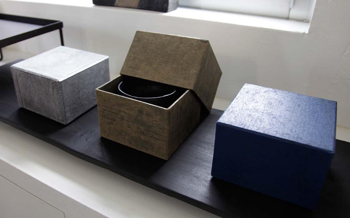大嶺氏の碗を納めるのは、和紙職人・ハタノワタル氏製作による和紙の箱。