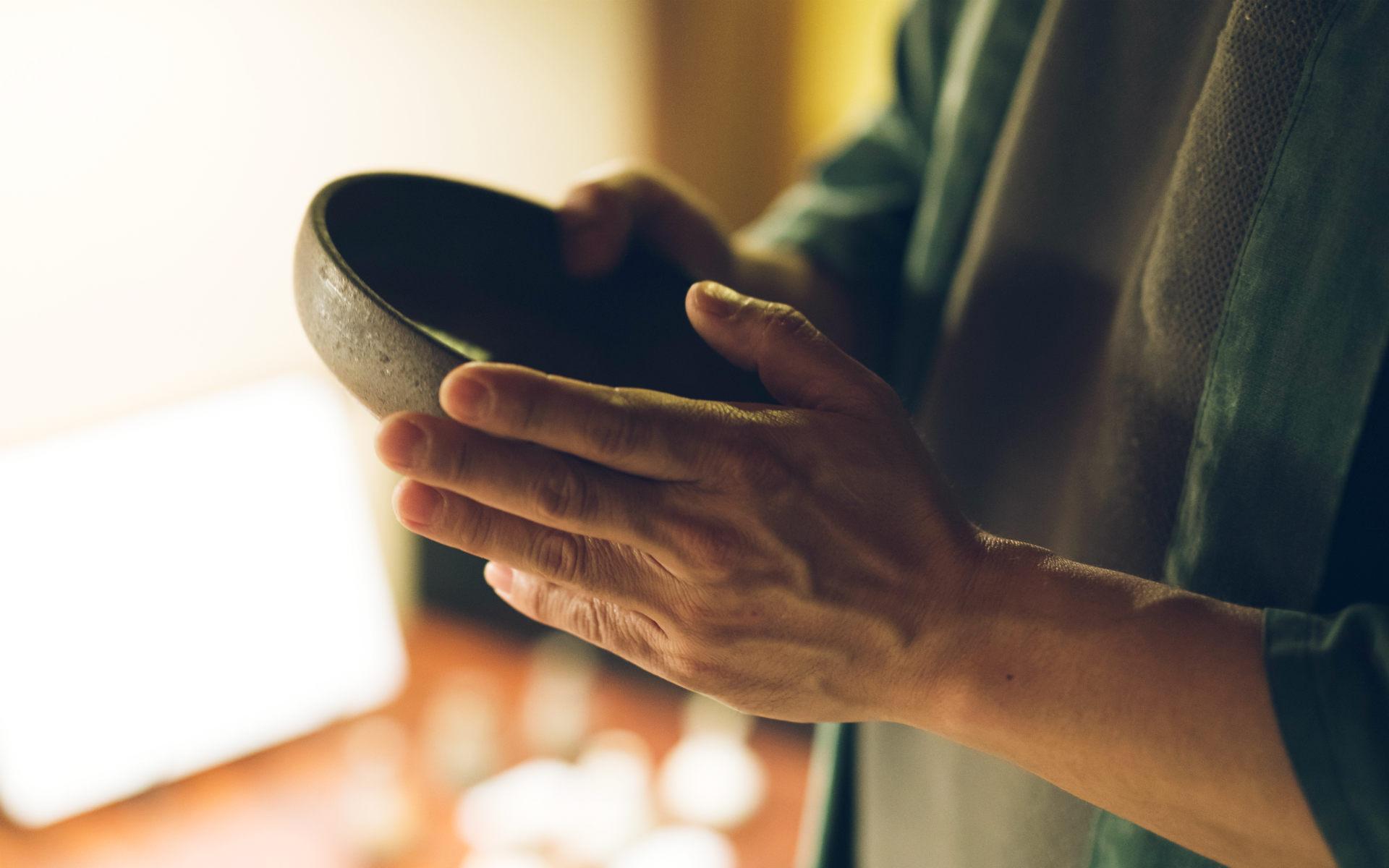 唐津の名宿「洋々閣」が、夕食に隆太窯のうつわしか使わない理由。