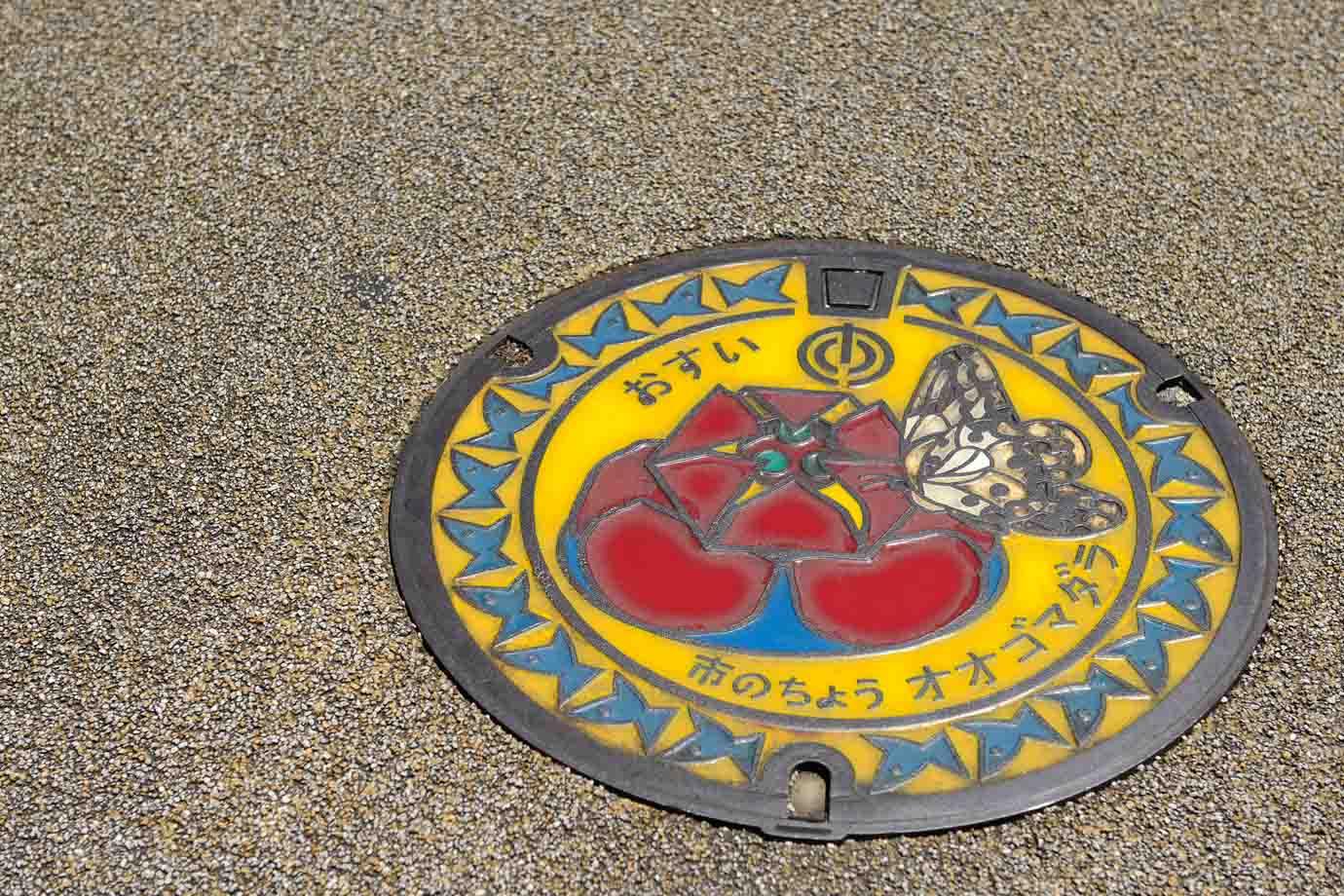 各地でデザインは様々。こちらは沖縄県那覇市のもの。鮮やかな色が目を引きます