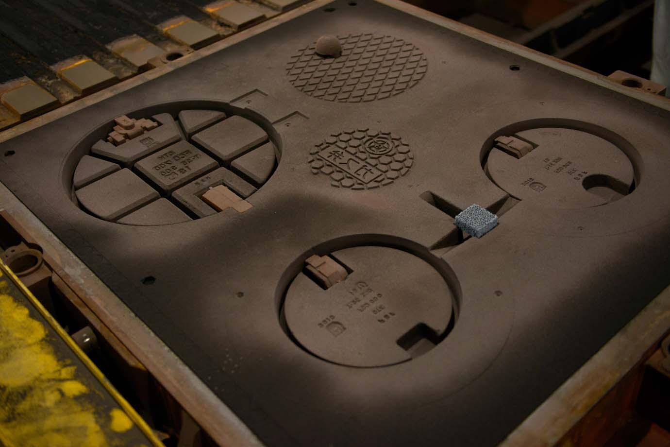 こちらがアルミ型を元に作られた鋳型。マンホールの形をした空洞に鉄を流し込んで成形します