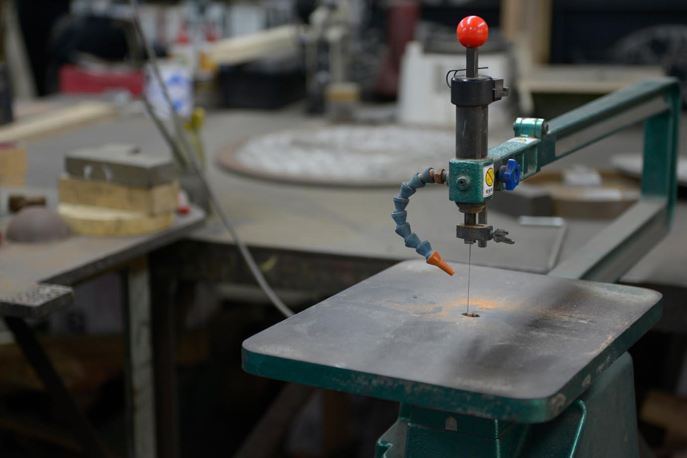 アルミ板を切り抜く糸のこ。神山さんは0.1ミリメートルの精度で調整を行って作っていたそう