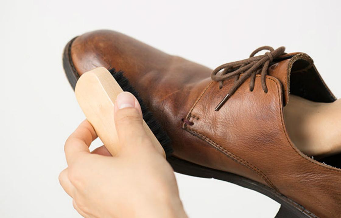 革靴をお手入れする様子