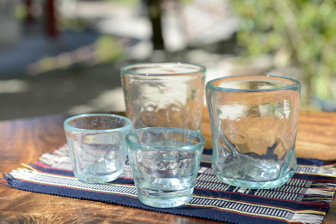 涼しげな気泡や、独特の色合いで、光を柔らかく反射する琉球ガラス