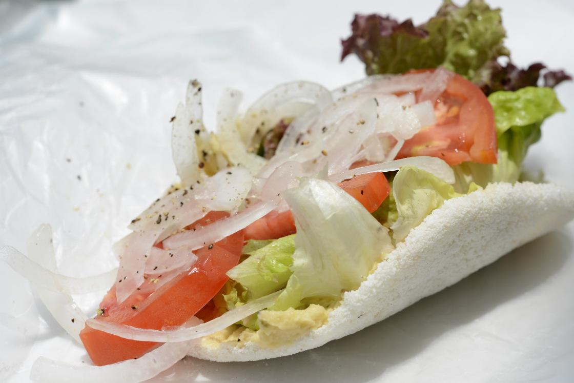 沖縄のまーさんマルシェ、タピオカフムスサンドイッチ