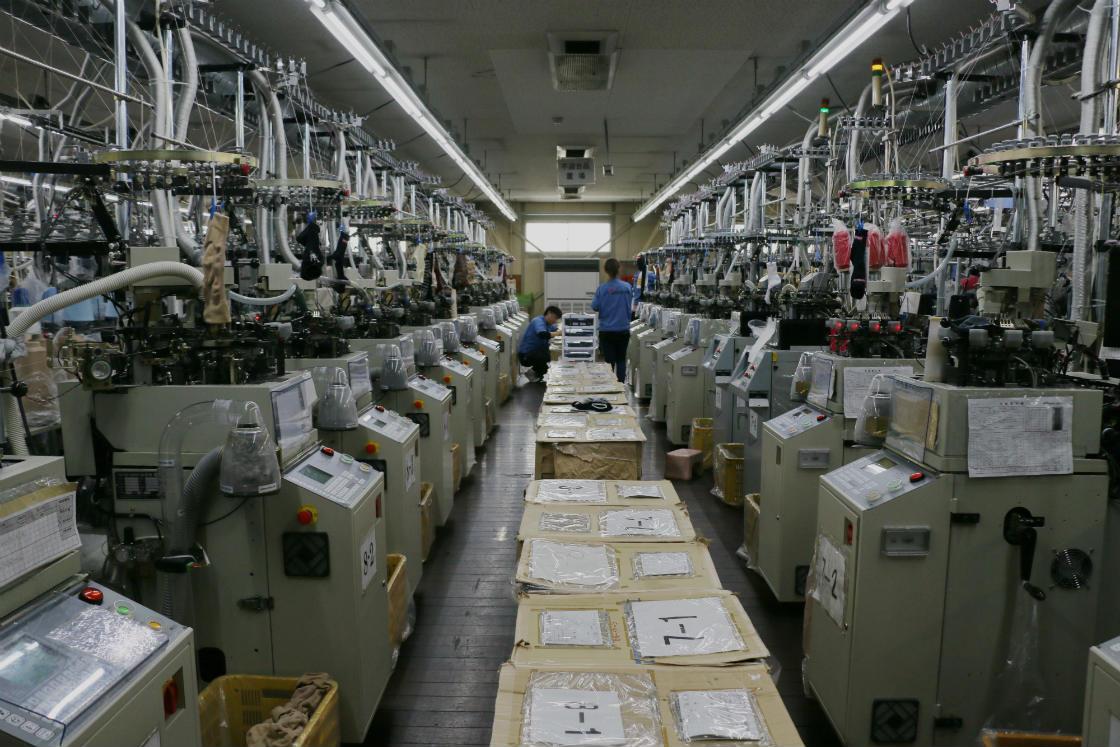 工場内には靴下づくりの機械がずらり