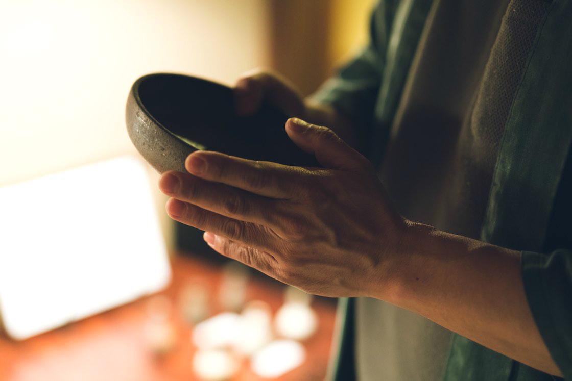 隆太窯のうつわを手にもつ