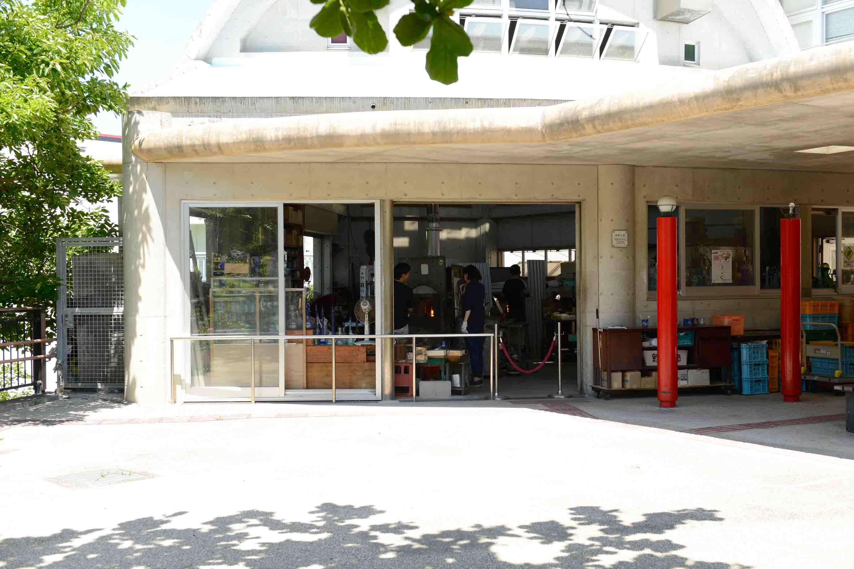 昭和27年創業の奥原硝子製造所。現在は、琉球伝統文化を伝える施設「てんぶす那覇」の2階に工房を構えています