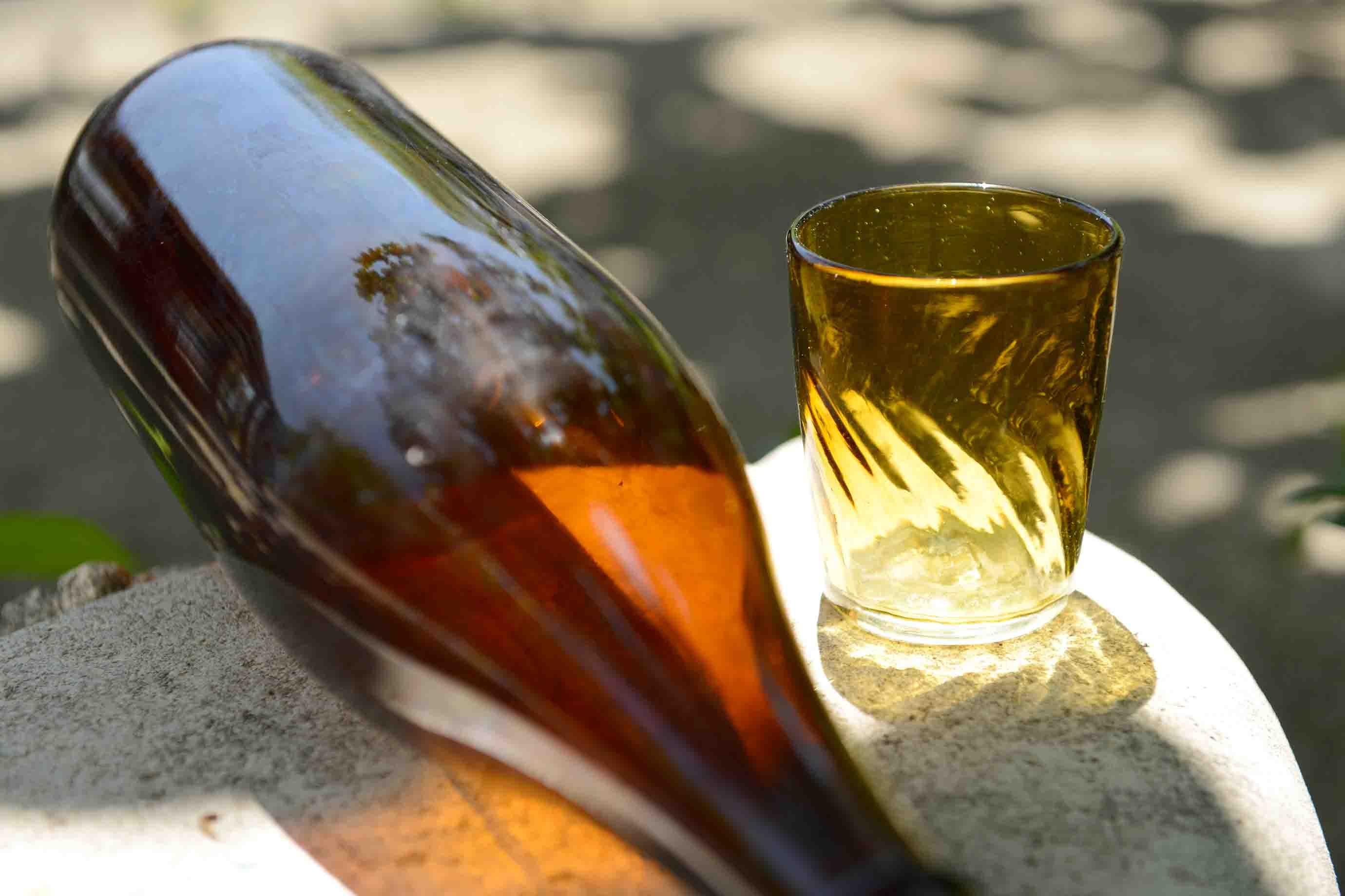 一升瓶と窓ガラスでつくられたグラス