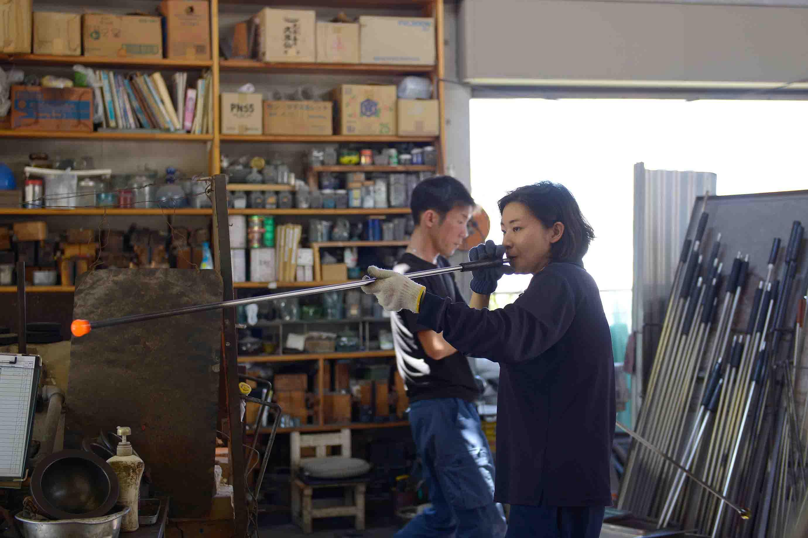 琉球ガラスの職人による宙吹きの様子