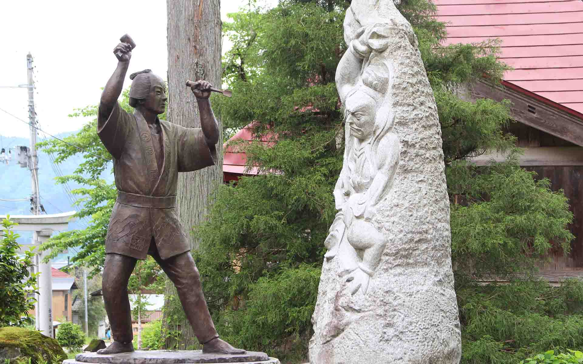 生誕200年に建立された、西福寺の石川雲蝶顕彰像