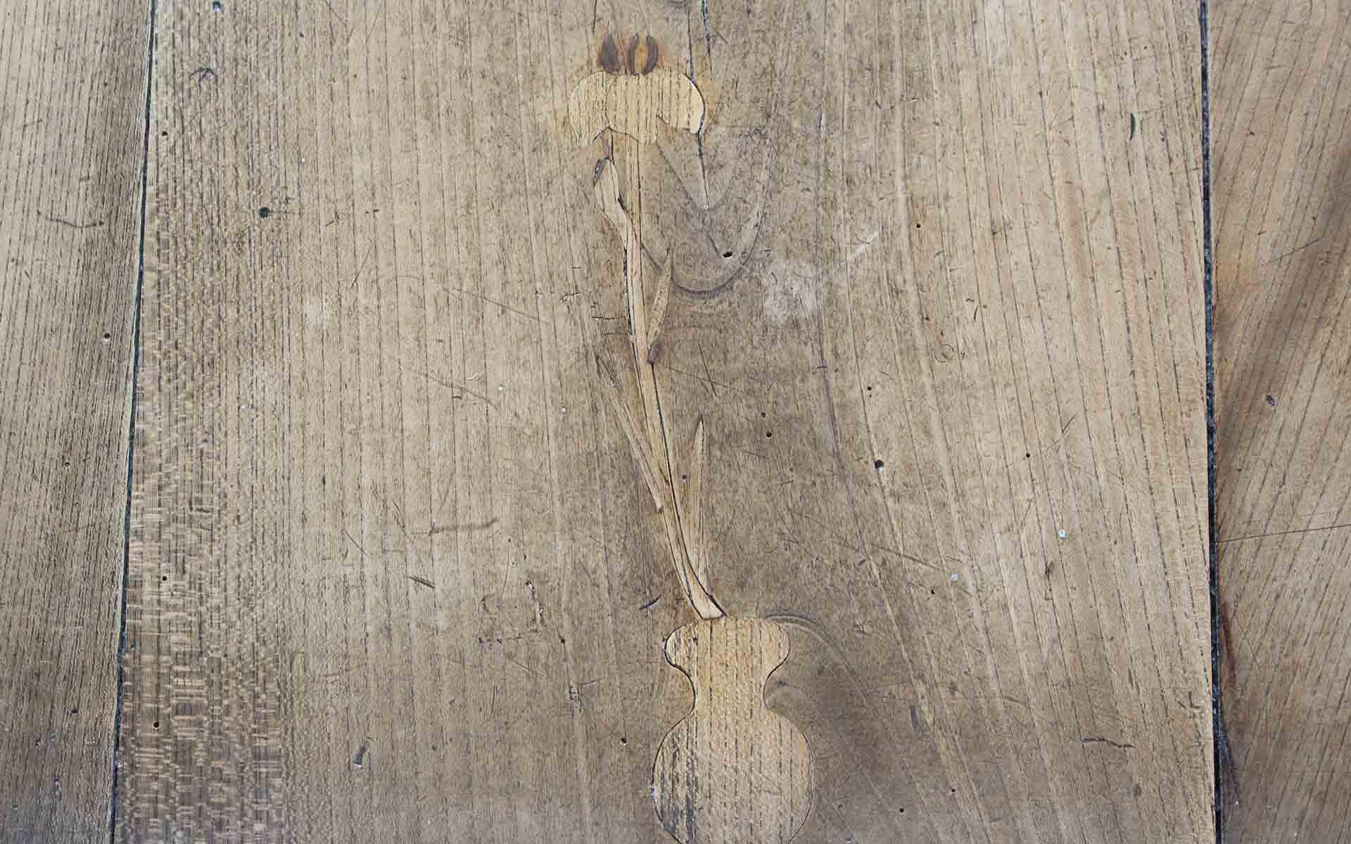 雲蝶作:埋め木細工「アヤメ」。西福寺本堂の大廊下には雲蝶作の埋め木細工が多く残されている。埋め木とは、板の割れ目や節穴に木片を入れて繕うもの。雲蝶の優しさ溢れる心遣いが感じられる