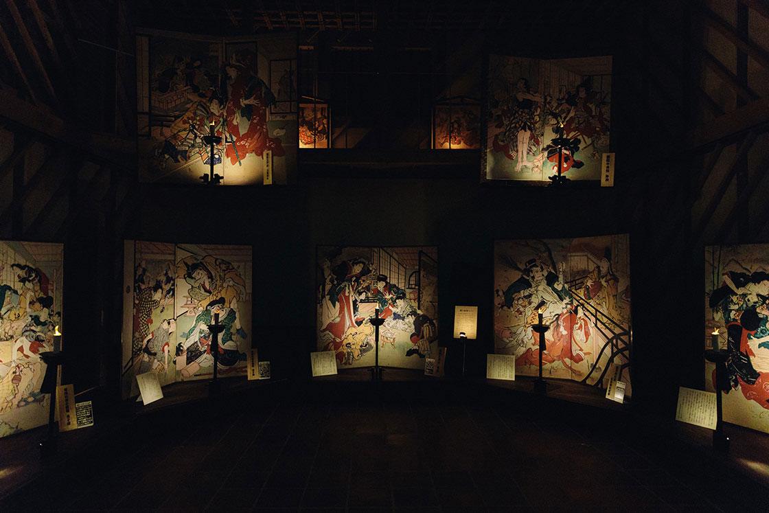 祭りの夜の雰囲気を再現した施設「絵金蔵」の様子