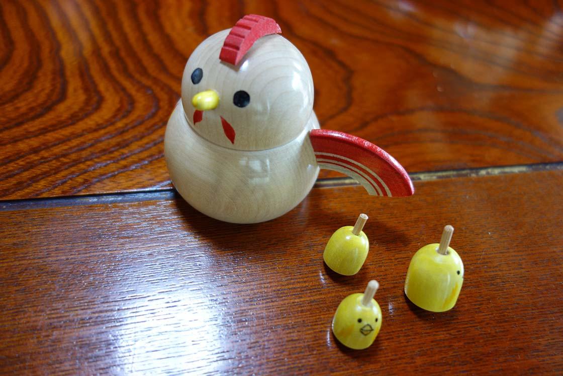 宮城県白石市の「鎌田こけしや」のこけし「雄鶏とひよこ」