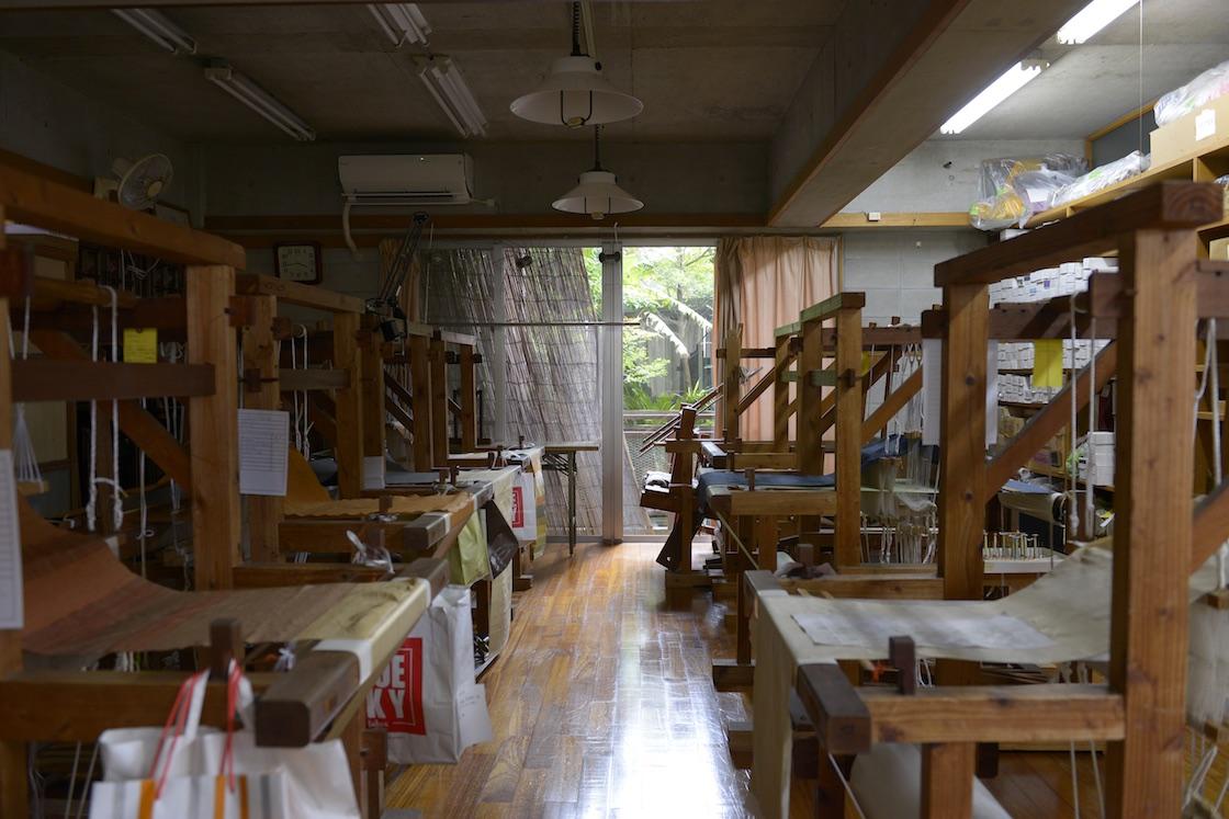 アトリエ・ルバースの様子。織り機が整然と並ぶ