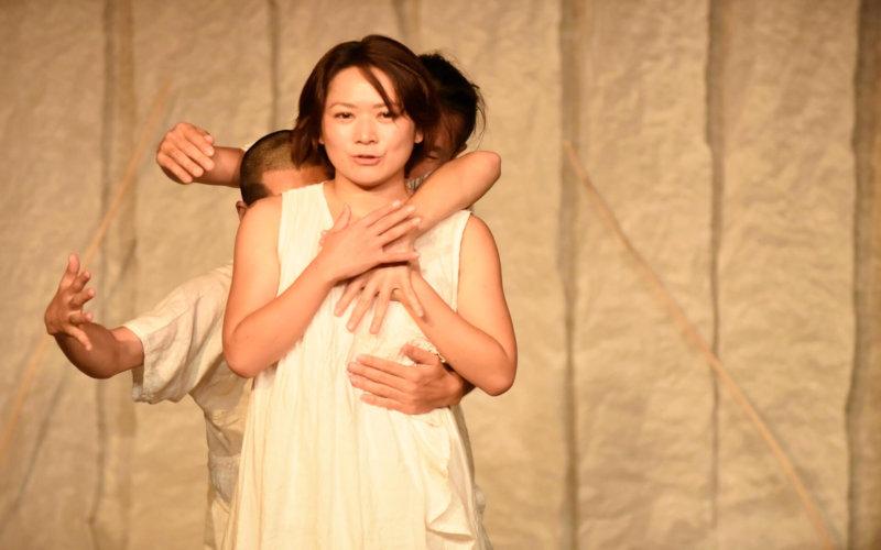 和紙を活用した舞台で活躍する女優 浜田あゆみさん