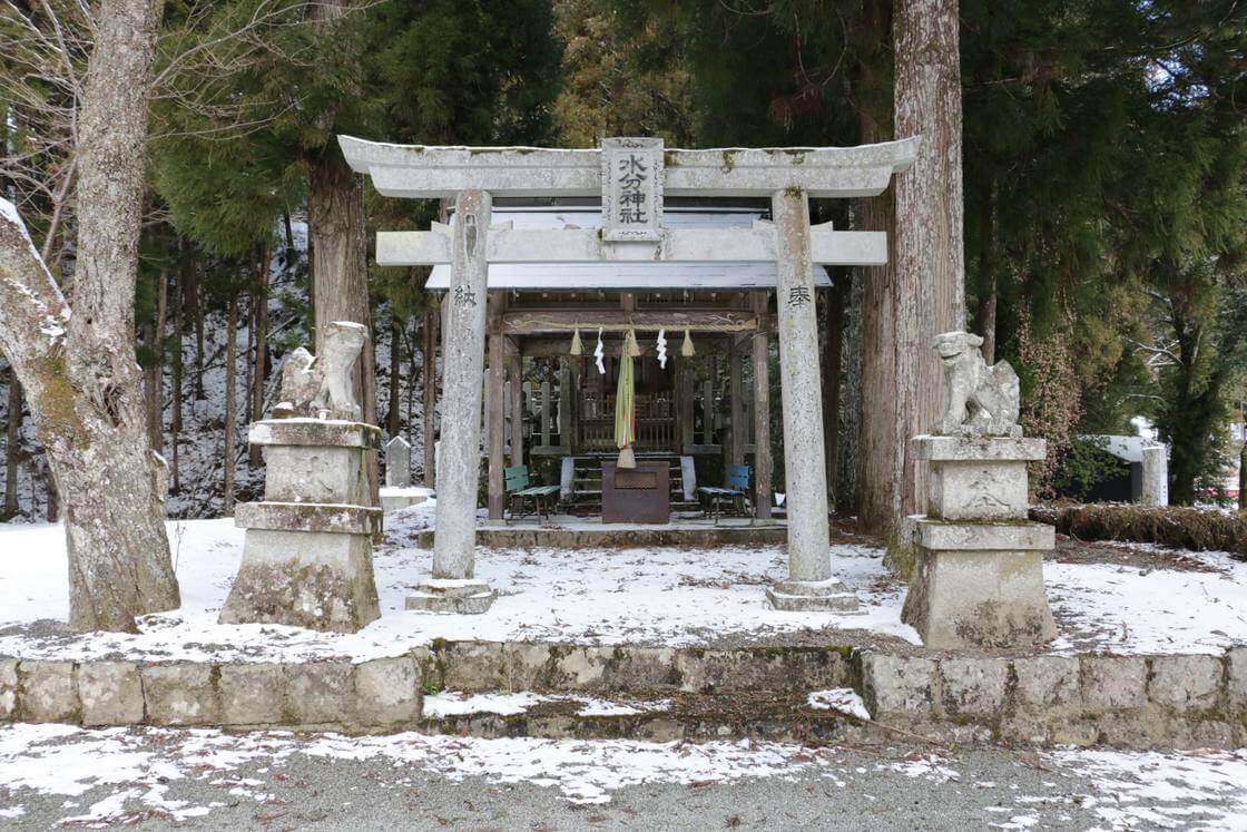 降り立ったのは奈良県を流れる吉野川の最上流に位置するところ。水の分配を司る水分 (みくまり) 神社が建っていた