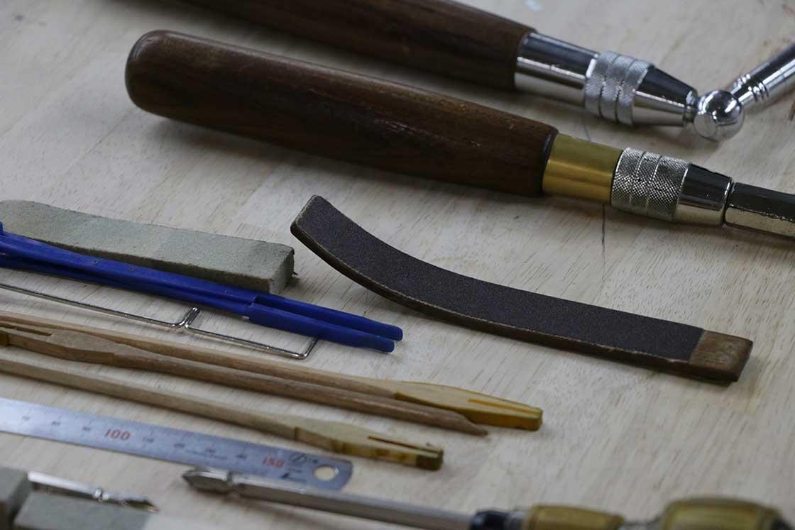 調律の際、ハンマーの表面を削って調整するための道具