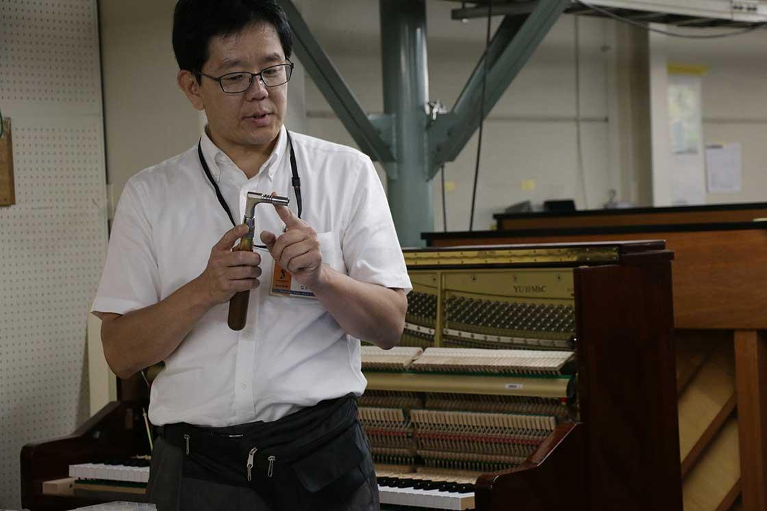 弦の張り具合を調節して音程を揃える「チューニングハンマー」
