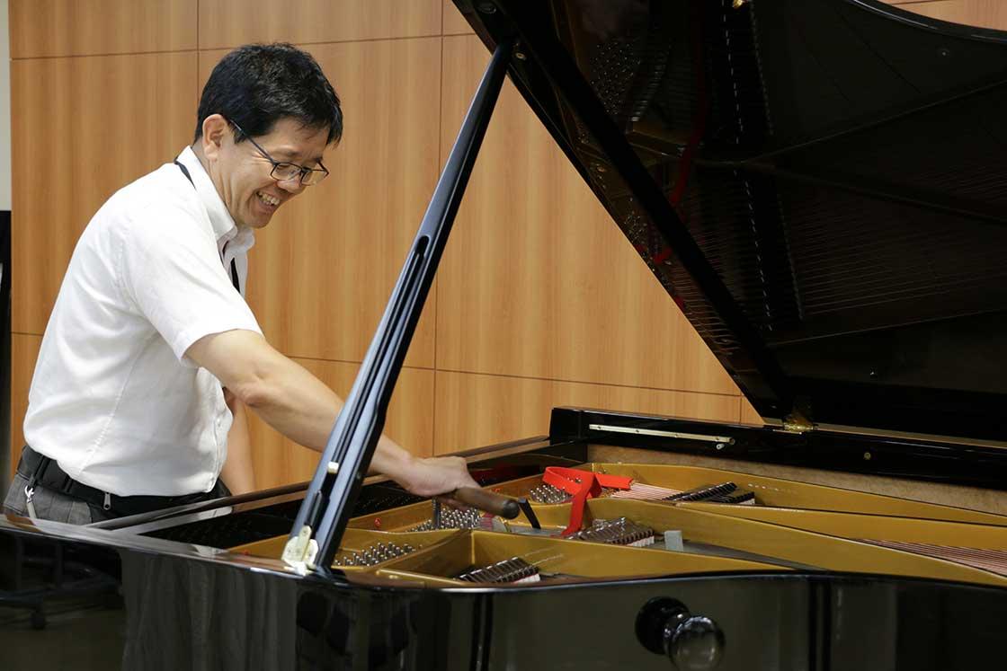 「島村楽器」ピアノセレクションセンターの調律師である中野和彦さん