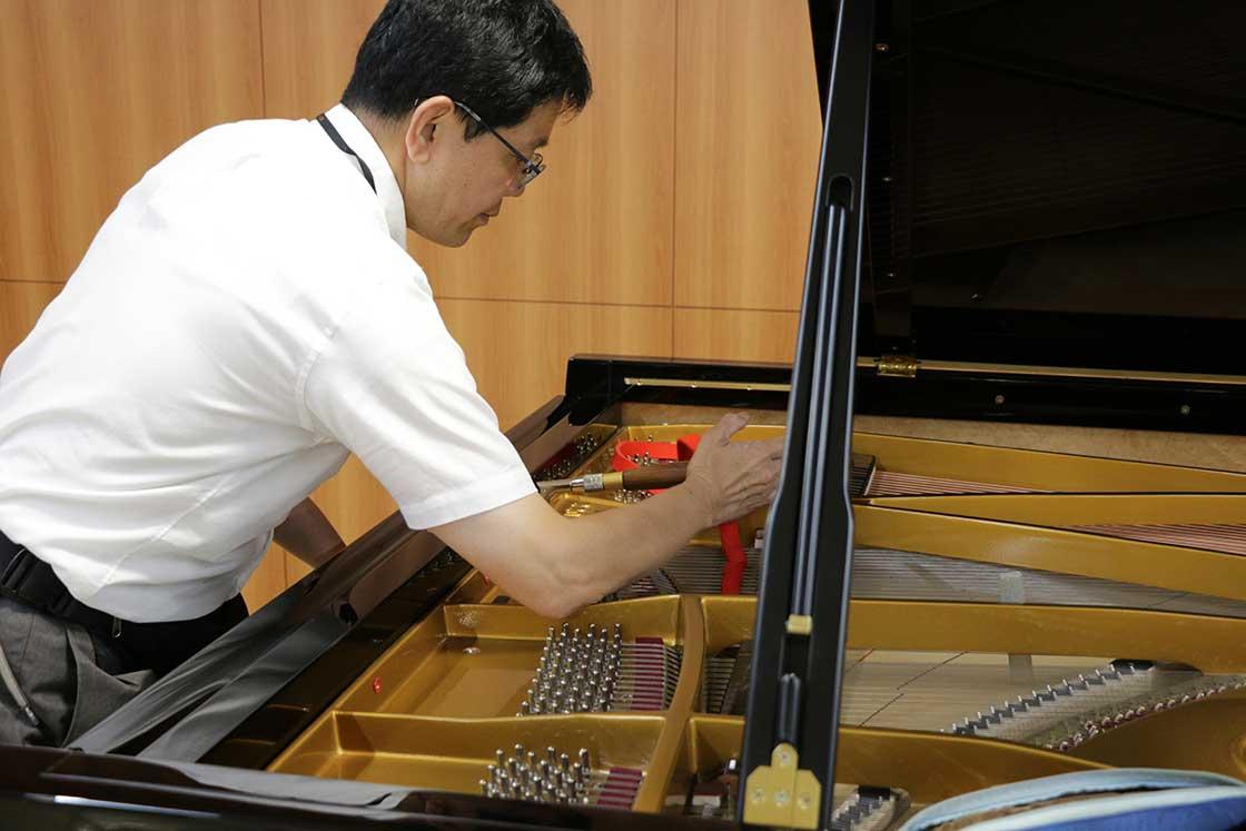 ピアノを調律する調律師の中野さん